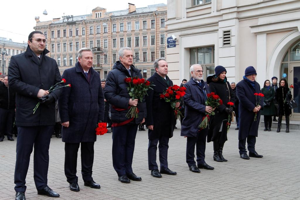 Οι συμμετέχοντες στη διευρυμένη συνεδρίαση του Συμβουλίου της Ομοσπονδίας Ελληνικών Κοινοτήτων Ρωσίας κατάθεσαν λουλούδια στο μνημείο του Ιωάννη Καποδίστρια στην Αγία Πετρούπολη