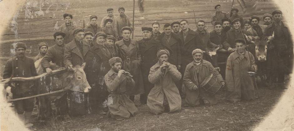 1929 год. Жители с. Бармаксыз (Грузия) перед весенней пашней исполняют древний обряд. Фото из архива Сократа Ангелидиса