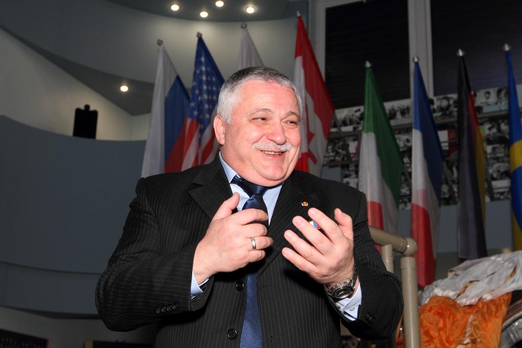 Федор Юрчихин проводит экскурсию для молодежи в Музее космонавтики