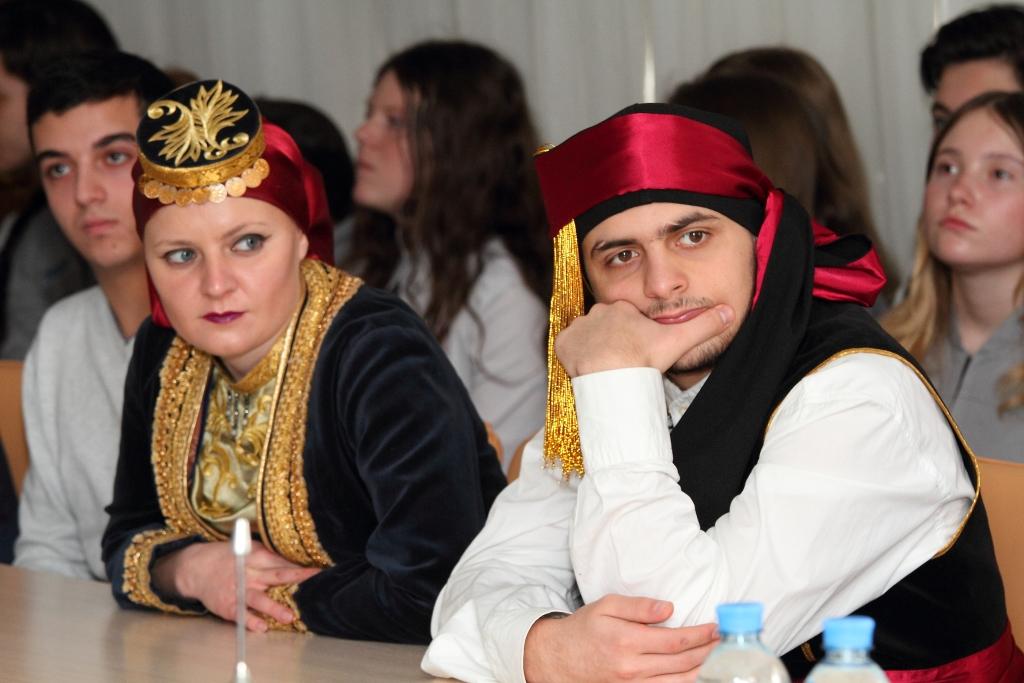 Ребята в национальных понтийских костюмах на круглый столе с участием Федора Юрчихина