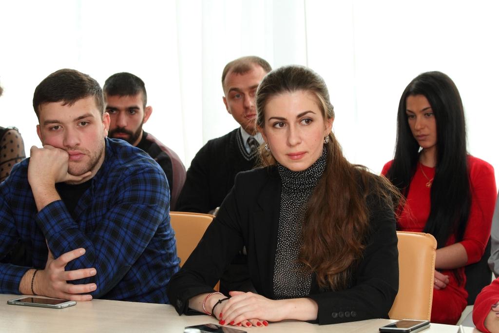 Председатель молодежного совета ФНКА греков России Евгения Попова на круглом столе с участием Федора Юрчихина