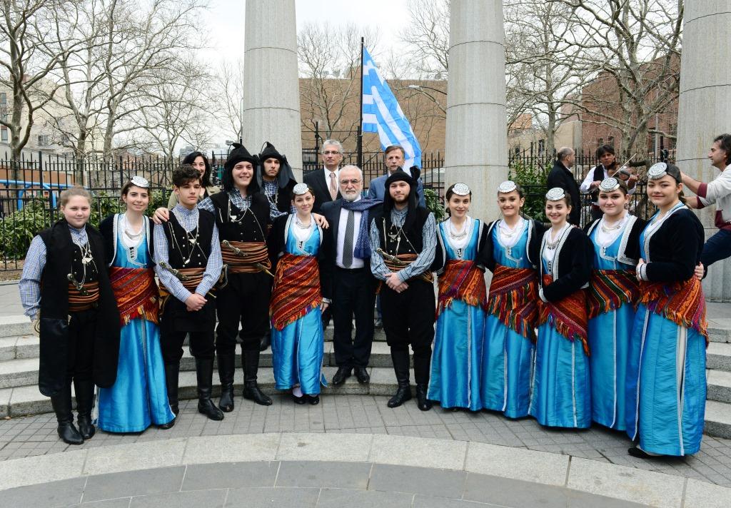 Участие в церемонии водружения греческого флага на Афинской площади в Нью-Йорке, 25 марта 2017