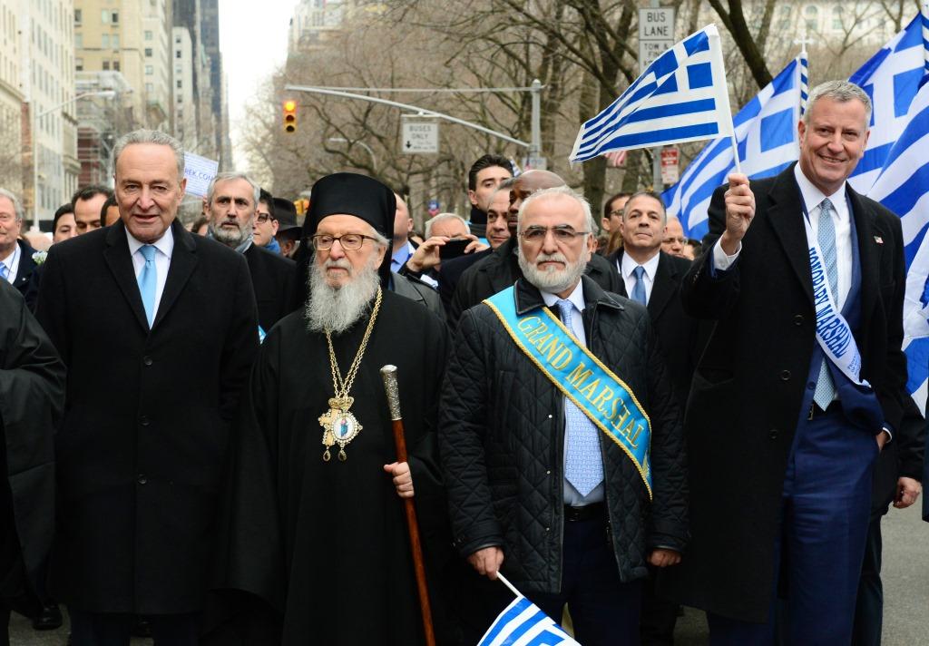 Парад, посвященный Дню Независимости Греции, в Нью-Йорке, 26 марта 2017. Слева направо: Архиепископ Димитриос, Гранд-маршал Иван Саввиди и мэр Нью-Йорка Билл Де Блазио