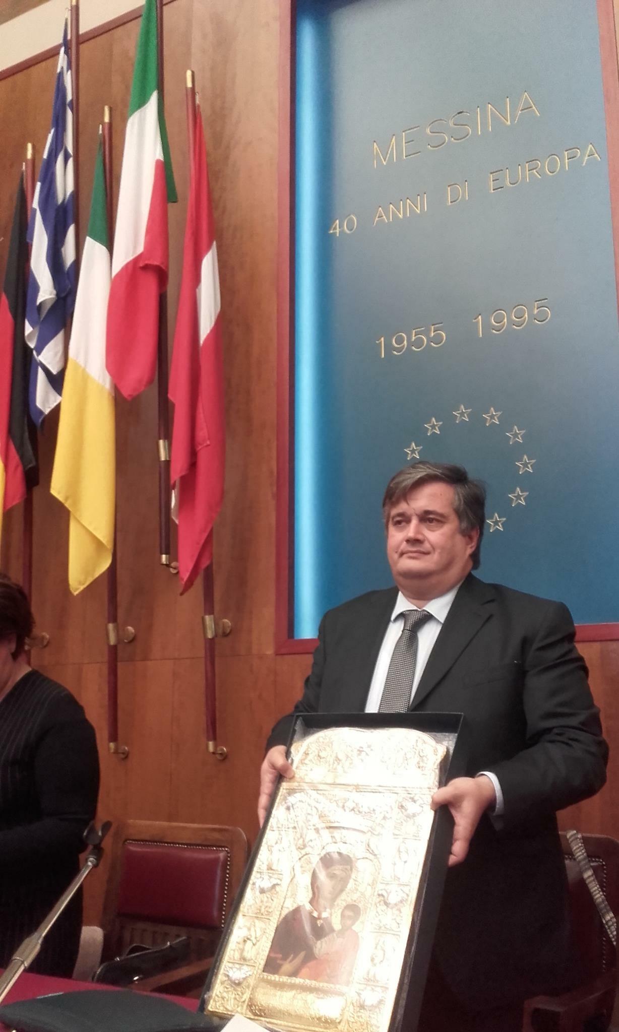 Председатель греческого общества г. Мессина Даниэль Макрис с подлинной копией иконы Панагии Сумела