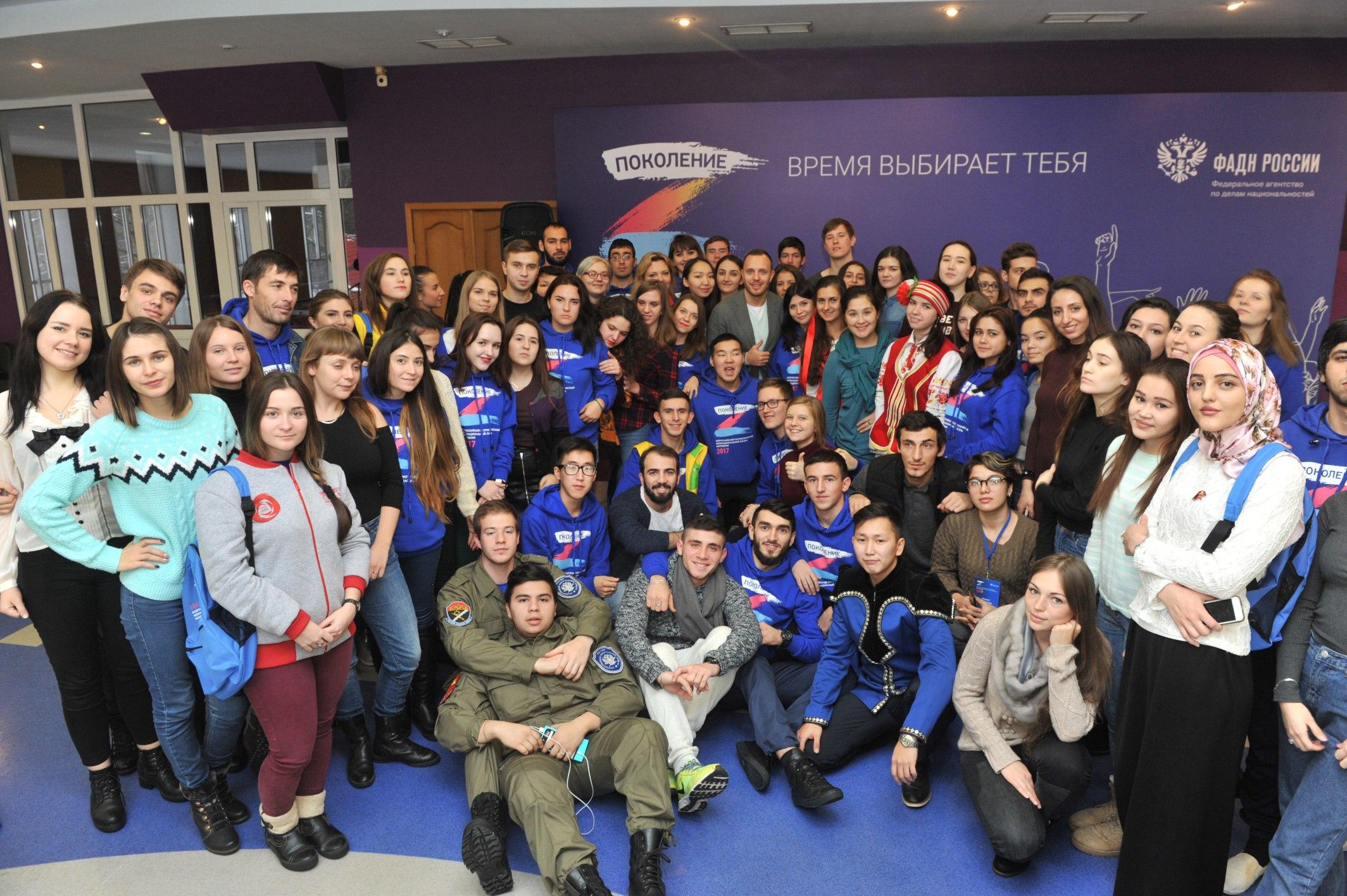 Участники лагеря и телеведущий, шоумен, ведущий программы «Доброе утро» Тимур Соловьёв