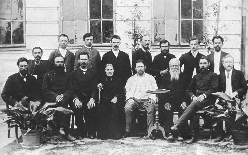 И. И. Алафузов (в центре в белом) среди родственников и сотрудников. Казань, 1890-е гг. Из фондов Национального музея РТ