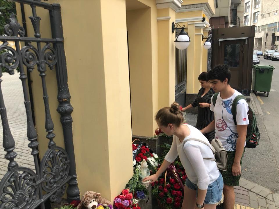 Возложение цветов  к зданию Посольства Греческой Респулики в Москве от «Молодежной ассамблеи народов России «МЫ-РОССИЯНЕ»