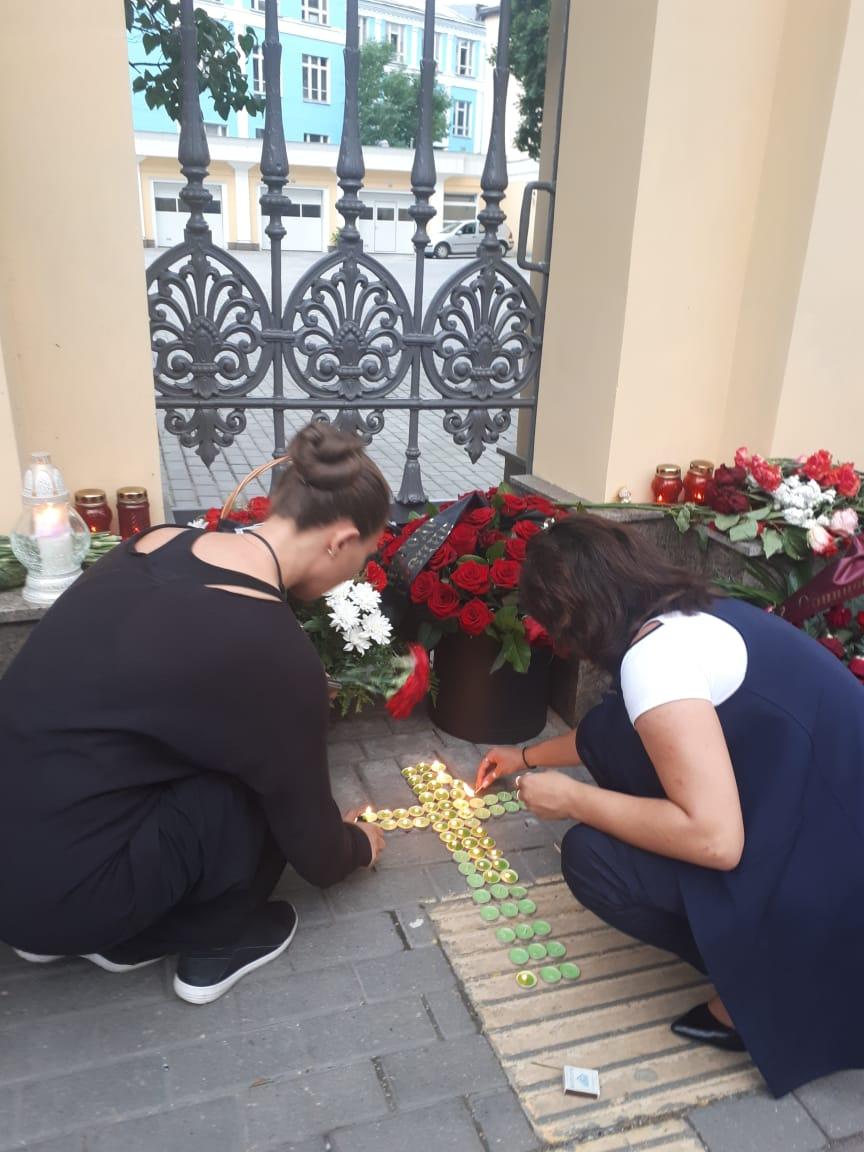 Греческая молодежь Москвы зажигает свечи в память о жертвах пожаров возле здания Посольства