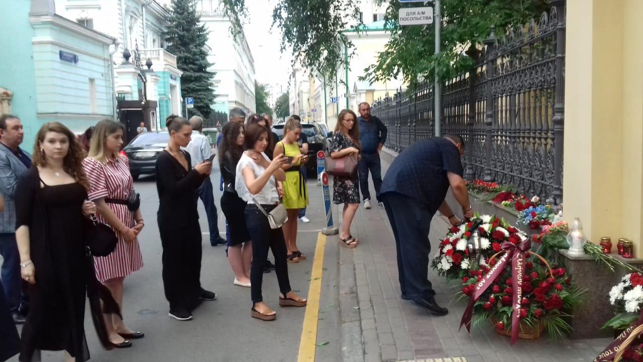 Молодежь возлагает цветы к зданию Посольства Греческой Республики в Москве