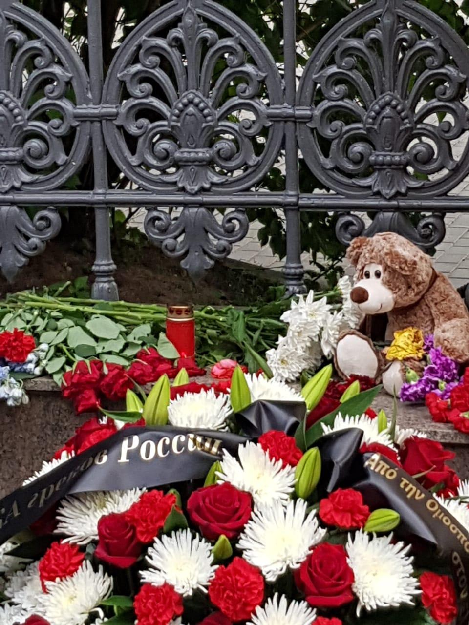Цветы и мягкие игрушки у здания Посольства Греческой Республики в Москве