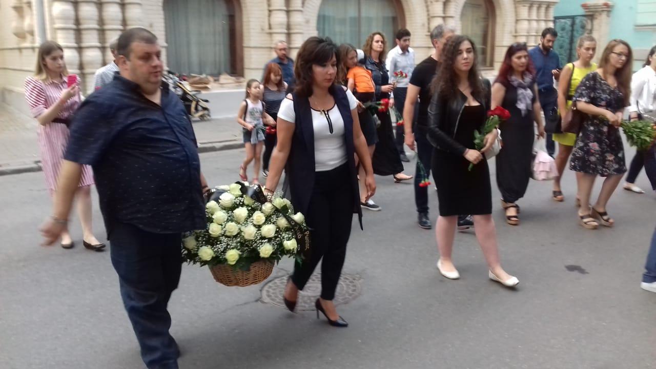 Представители молодежи возлагают цветы возле здания Посольства Греческой Республики