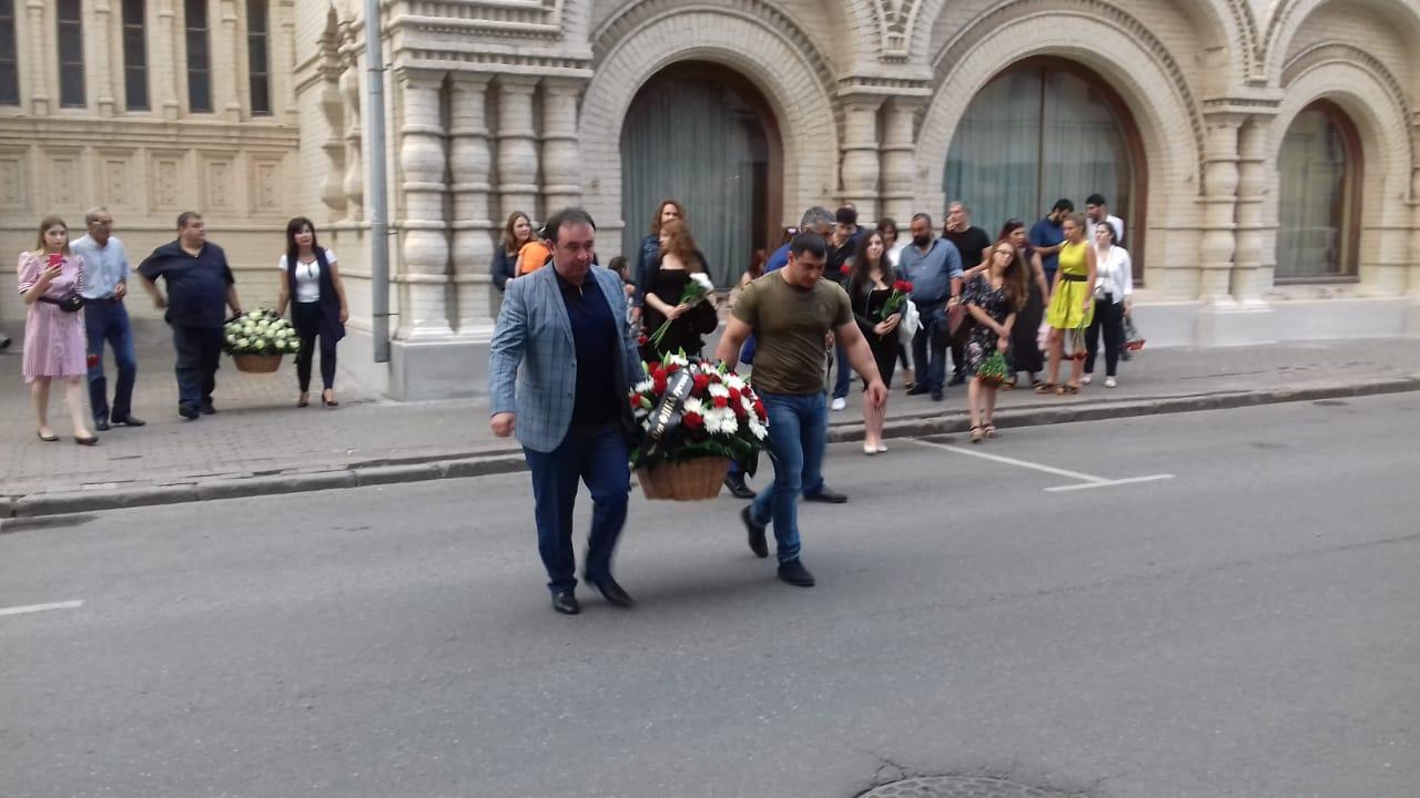 Возложение цветов в память о погибших к зданию Посольства Греческой Респулики в Москве