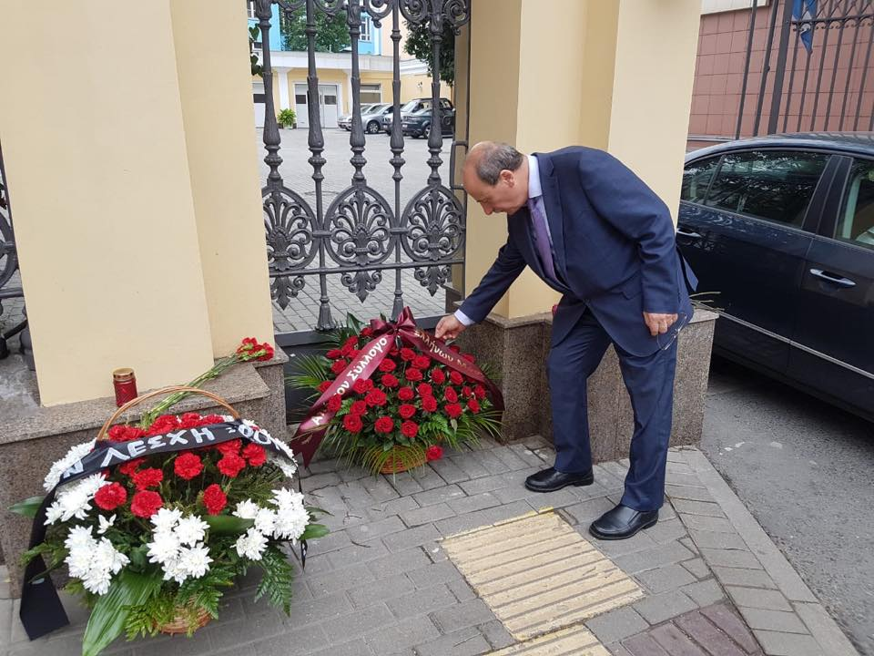 Председатель Московского общества греков Христо Тахчиди возлагает цветы у здания Посольства Греческой Республики в Москве