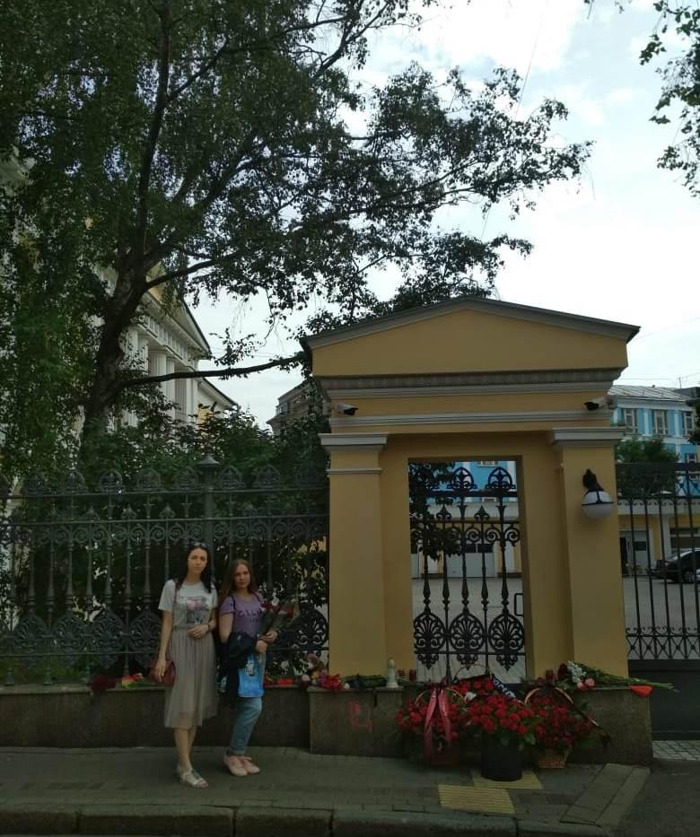 Возложение цветов  к зданию Посольства Греческой Респулики в Москве от Федеральной национально-культурной автономии российских немцев и немецкого молодежного объединения