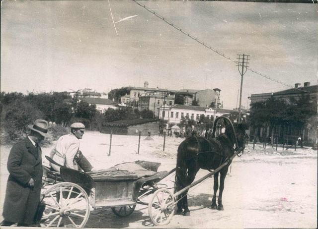 Πλατεία Κομμούνας, η οικεία του Γρυπάρη στα δεξιά. Μέσα της δεκαετίας του '20