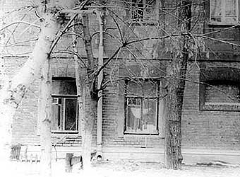 На этой фотографии окна квартиры № 8 на 1 этаже дома № 16 в Гагаринском переулке г. Москва. В этой квартире с 1923 по 1938 год жил Мавромати Борис Петрович (в настоящее время дома нет его снесли в 1972 г.)
