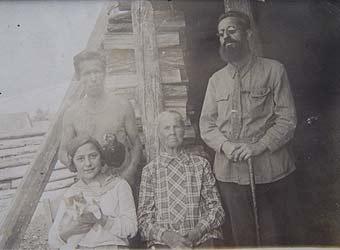 Мавромати Борис Петрович, его мама Александра Ефимовна Мавромати, дочь Тамара Борисовна Мавромати в поселке Нижне-Троицкий