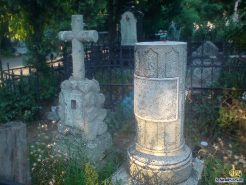 Надпись на памятнике: «Адмирал Михаил Николаевич КУМАНИ скончался 18 мая 1865 и супруга его Ефросиния Емельяновна скончалась 14 апреля 1864»